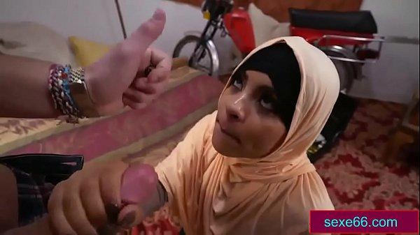 فتاة عمانية محجبة تمص زب رجل كويتي arabsex66.com  thumbnail