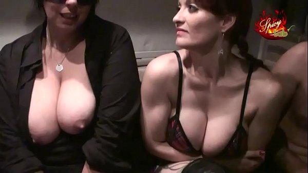 Threesome lesbo con incursione finale