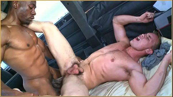 Negão pega com força branquinho viajando na estrada dentro da van!