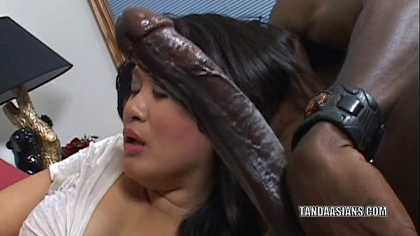 Curvy cutie Kiwi Ling is on her knees and sucki...