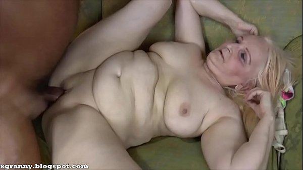 Szexi szőke duci nagyi nagy farkú férjével szexel