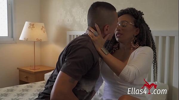 Ellas4.com - Bella Milf safada pegando o amigo do filho