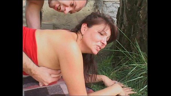 Die Alte Nachbarin direkt im Garten gefickt
