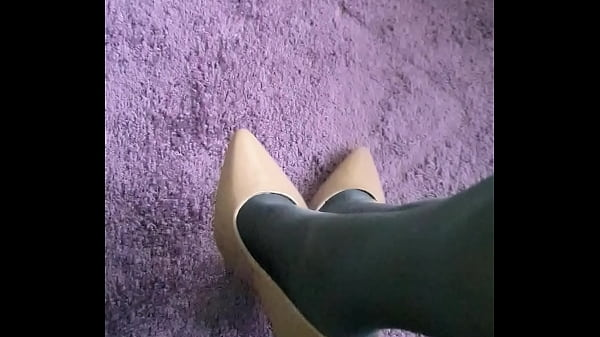 Pantyhose and pumps Thumb