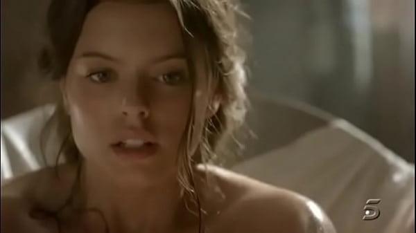 Adriana Torrebejano masturbándose en Tierra de ...