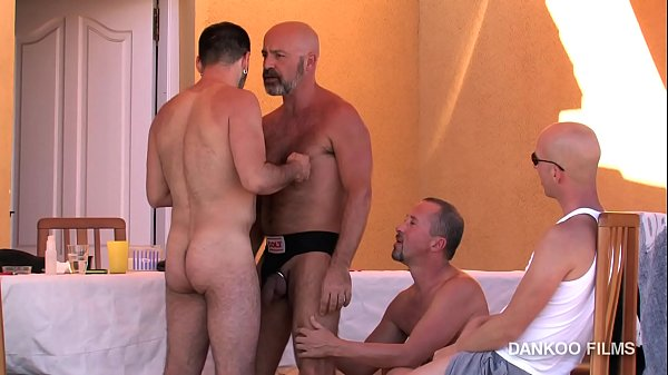 Gay Resort episodio 2. Val y Deif se lo montan apartados del resto !!!