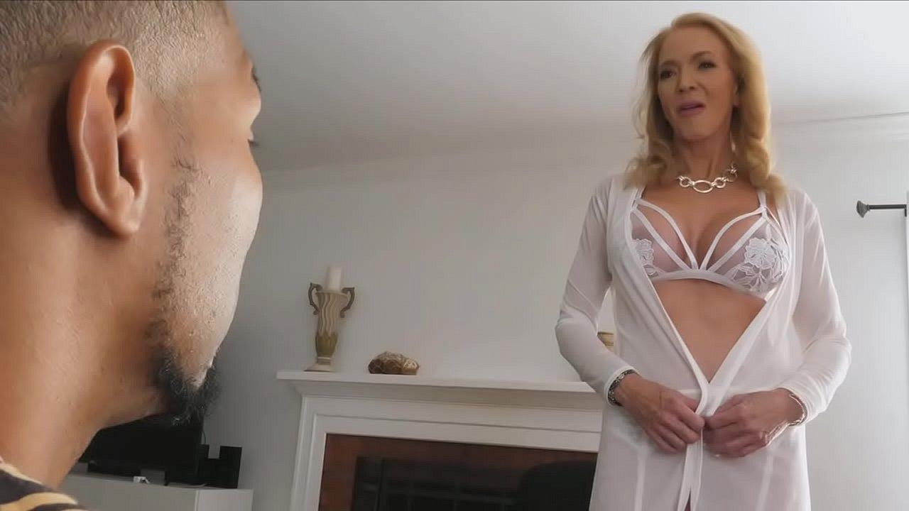 грудастая бабуля получает анальный секс с большим черным членом