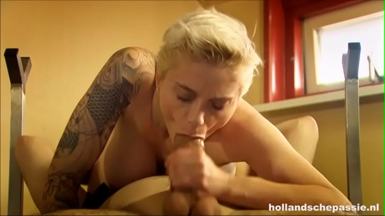 Een punk neukt een pornoster