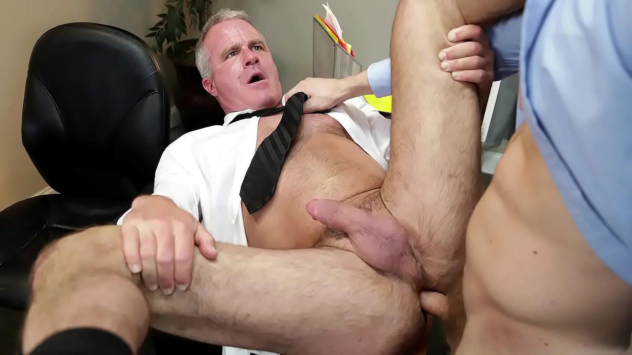 Adultos Gay Follando mi jefe es un t�o maduro, pero me gusta follar con �l