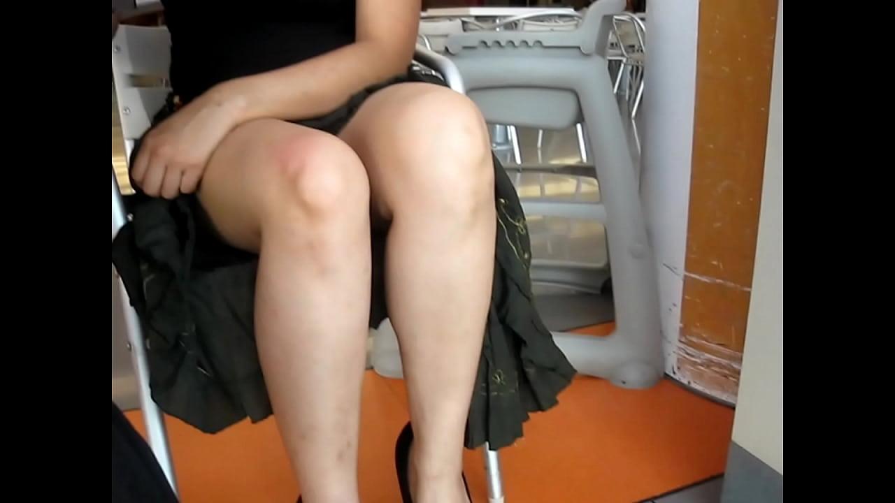 Lor bajo la mesa en un centro comercial2