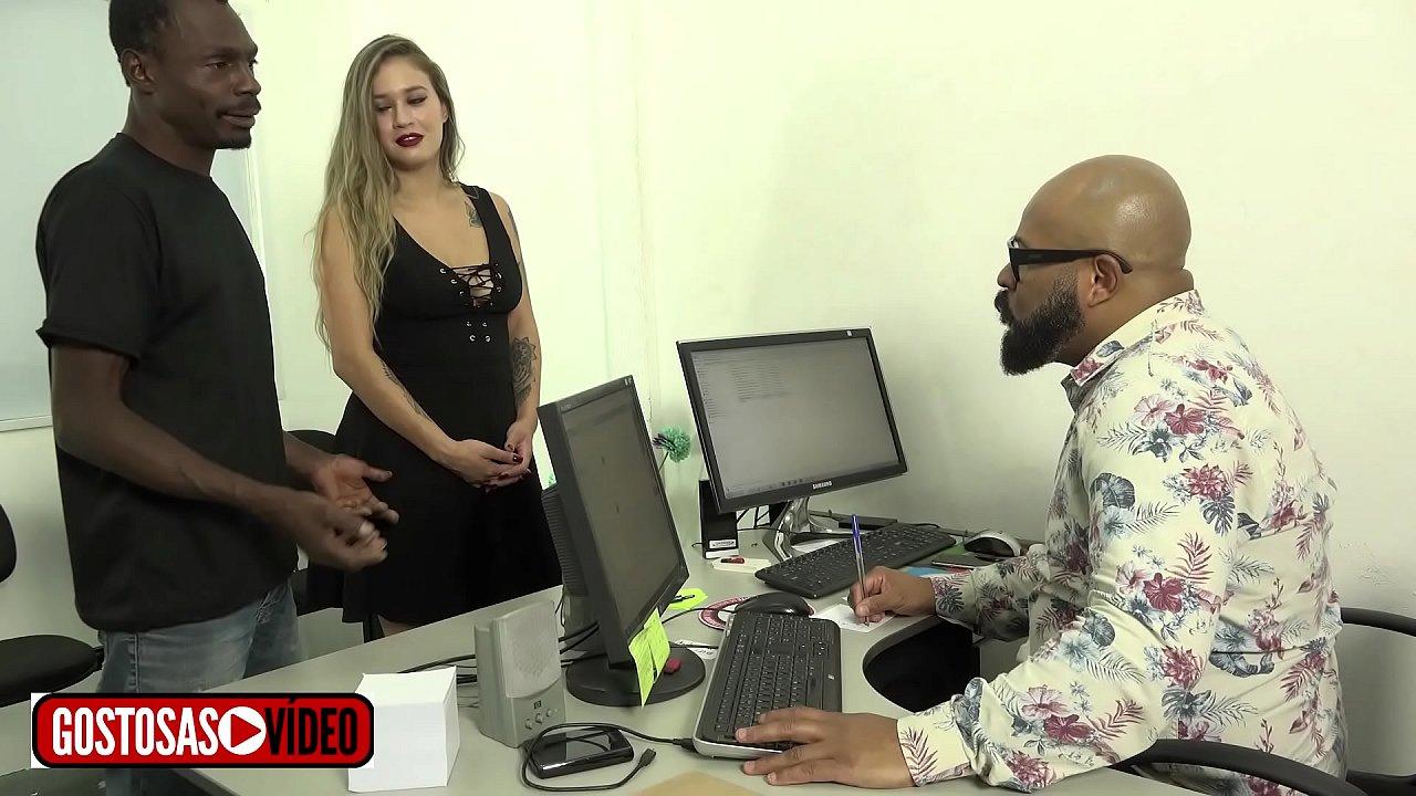 Cleo e o marido vão até o contador ,ela está sem dinheiro e paga com sexo