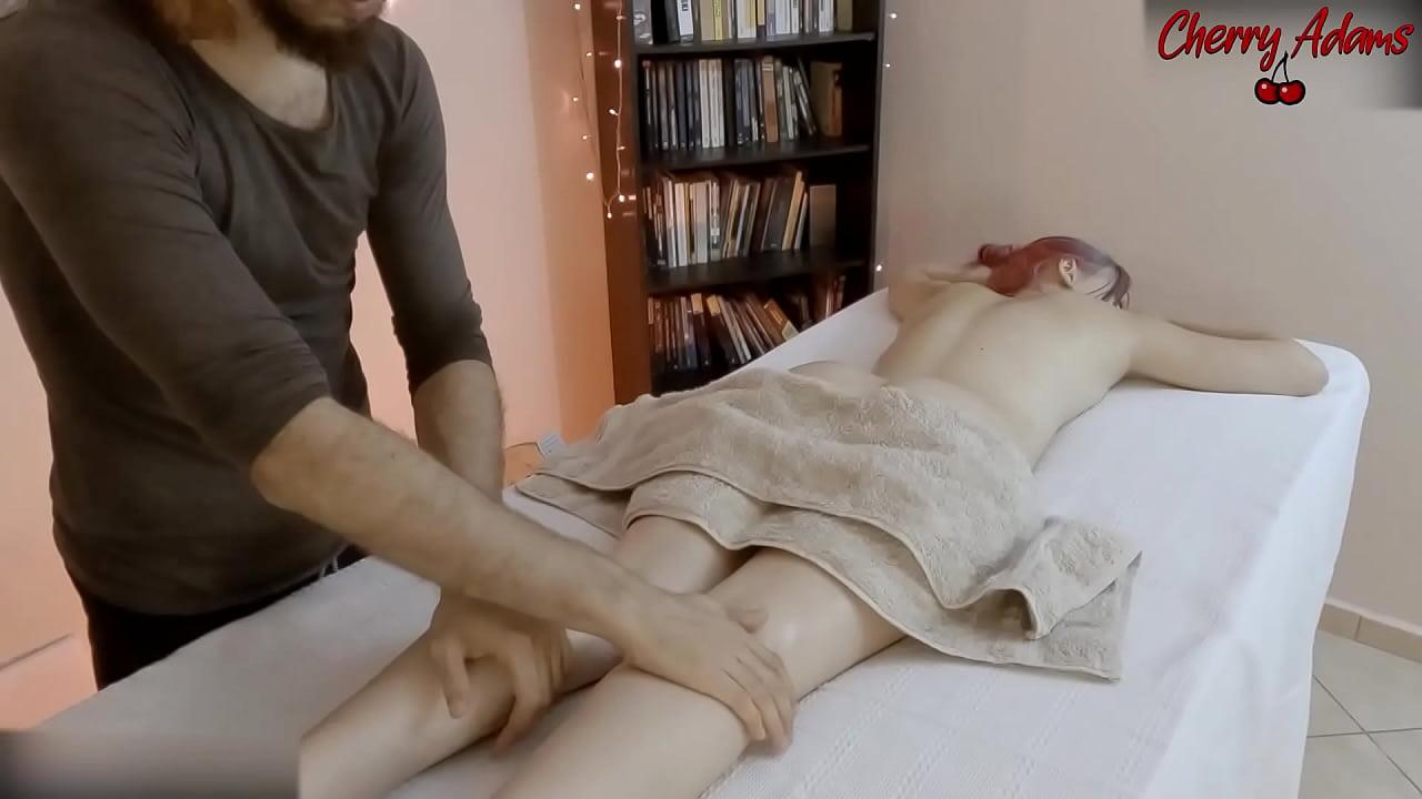 Ela Gozou na Massagem!! - Squirt - Brasileira Novinha Cherry Adams gozando com o massagista e o plug anal enfiado no cu, depois engoliu toda a porra dele no boquete - Completo no RED