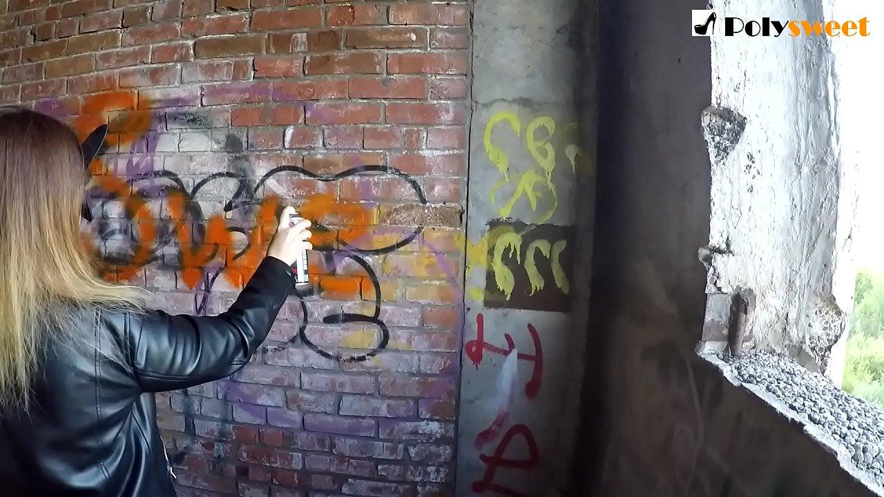 Рисую граффити, трахаю парня и даю кончить мне на грудь (рисковый публичный пеггинг)
