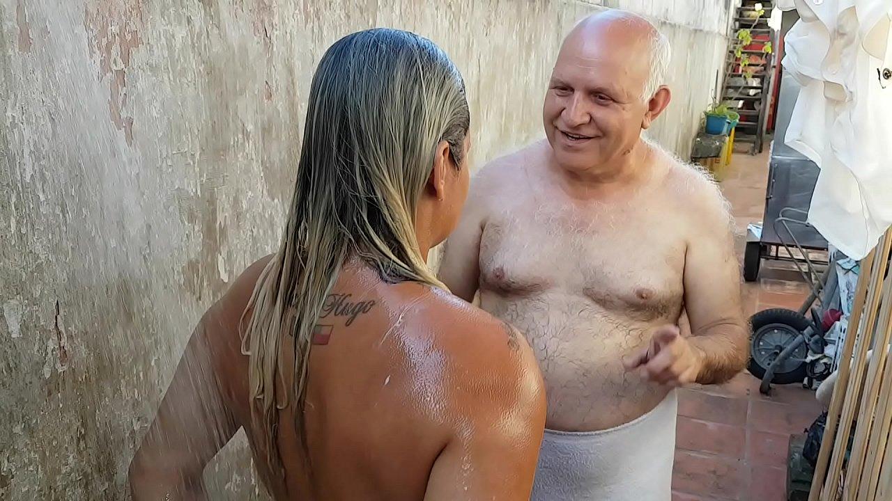 Avos Brasileiros Porn Videos vovô dando banho na novinha que conheceu na praia !!! paty