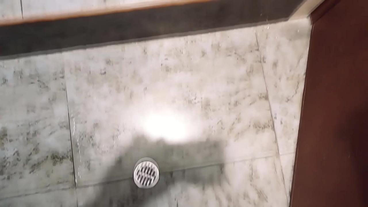 Mi primo se aprovecha de mi en el baño y me graba