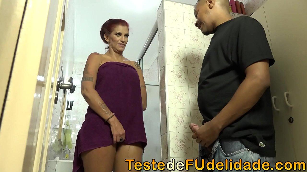 Sogra chupando seu genro no banheiro quando foi pega no flagra por sua filha novinha