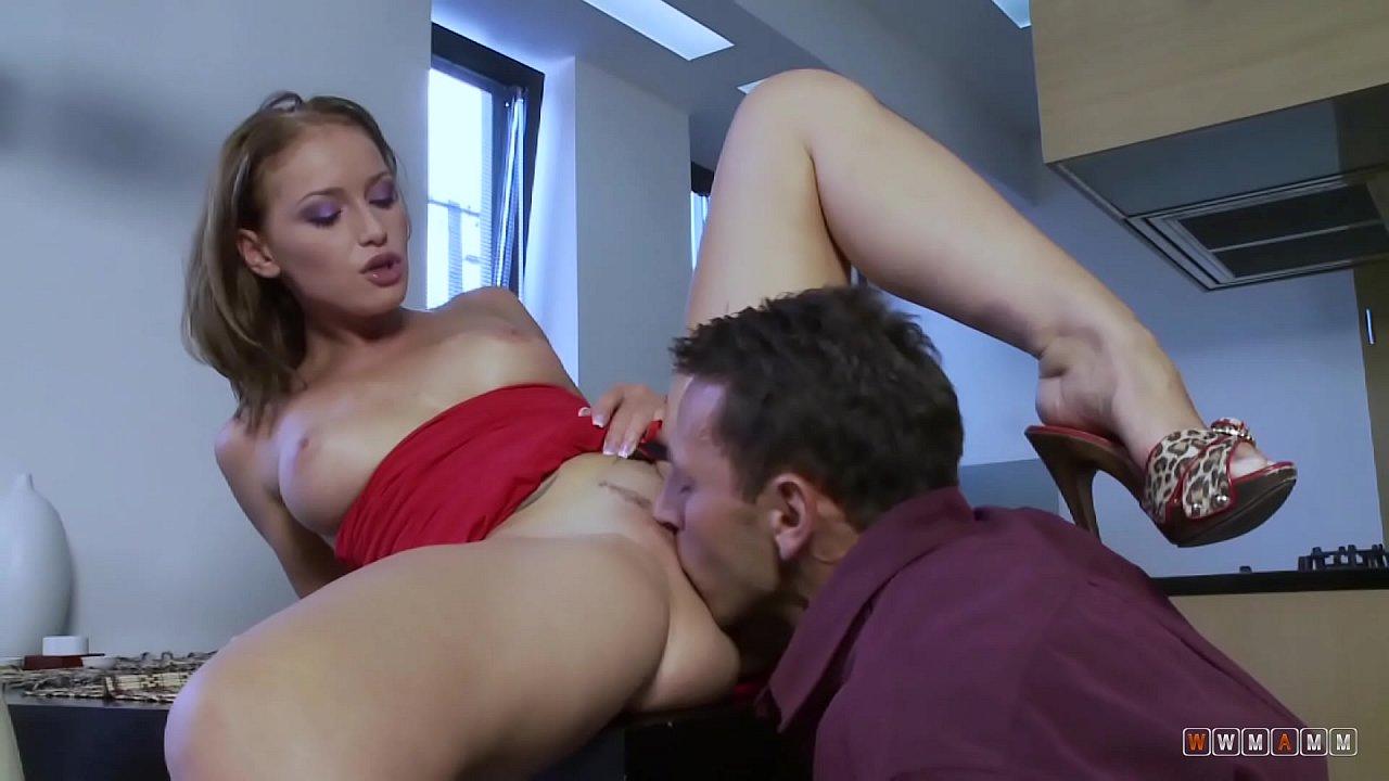 Sex Pe Masa Cu Secretara Flexibila Excitata De La Masturbare