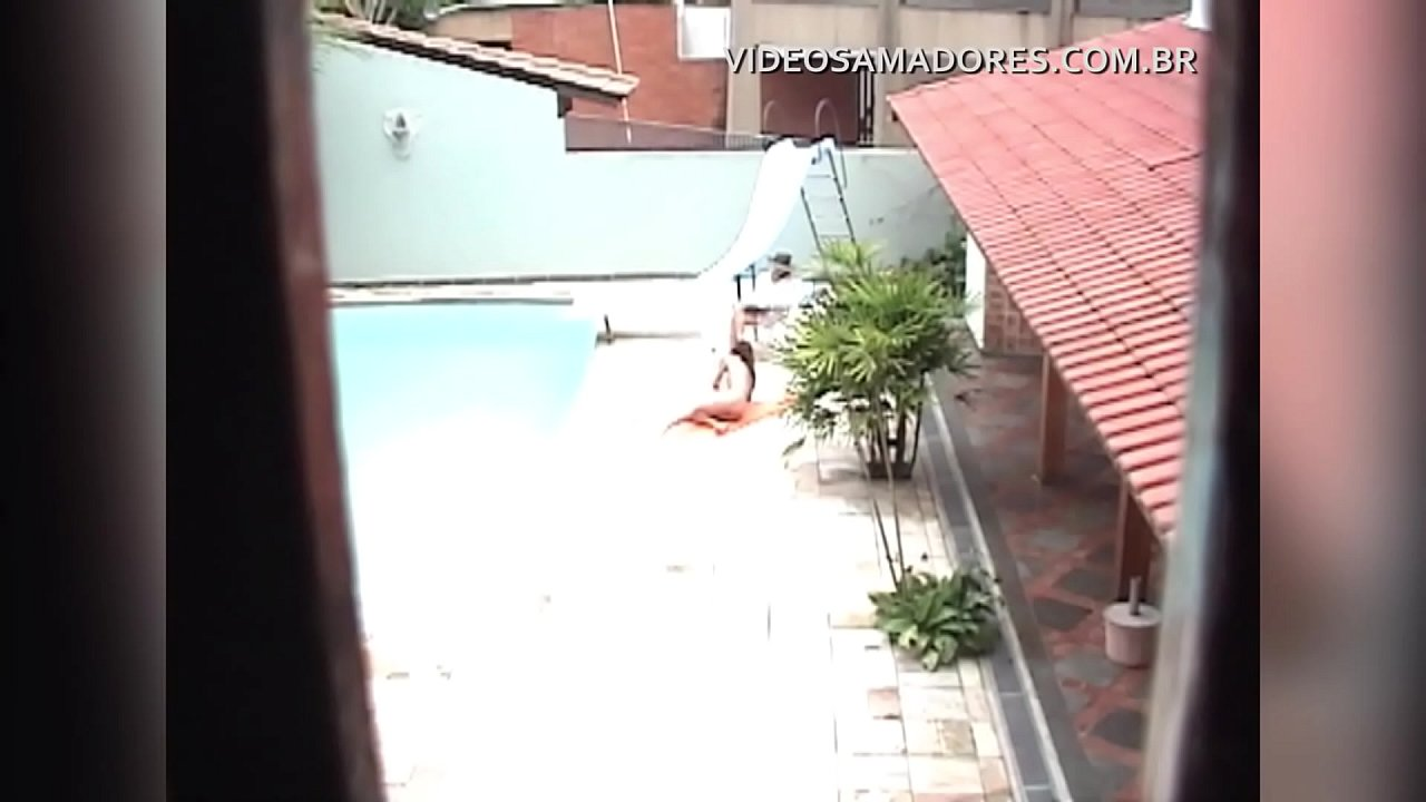 Garoto voyeur flagra morena novinha nua na piscina da casa ao lado