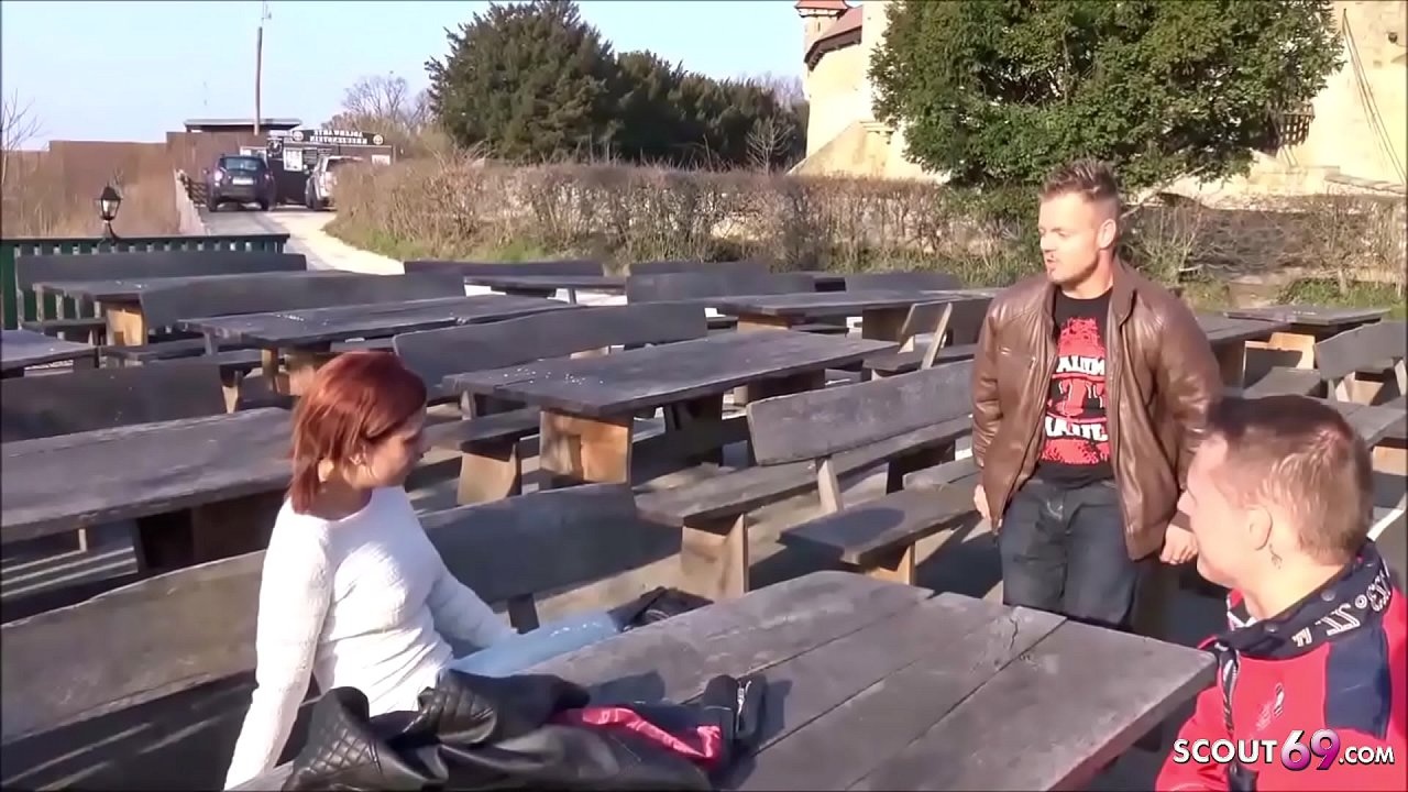 Deutsche junge rothaarige Studentin von zwei Fremden im Biergarten abgeschleppt und im Wald gefickt