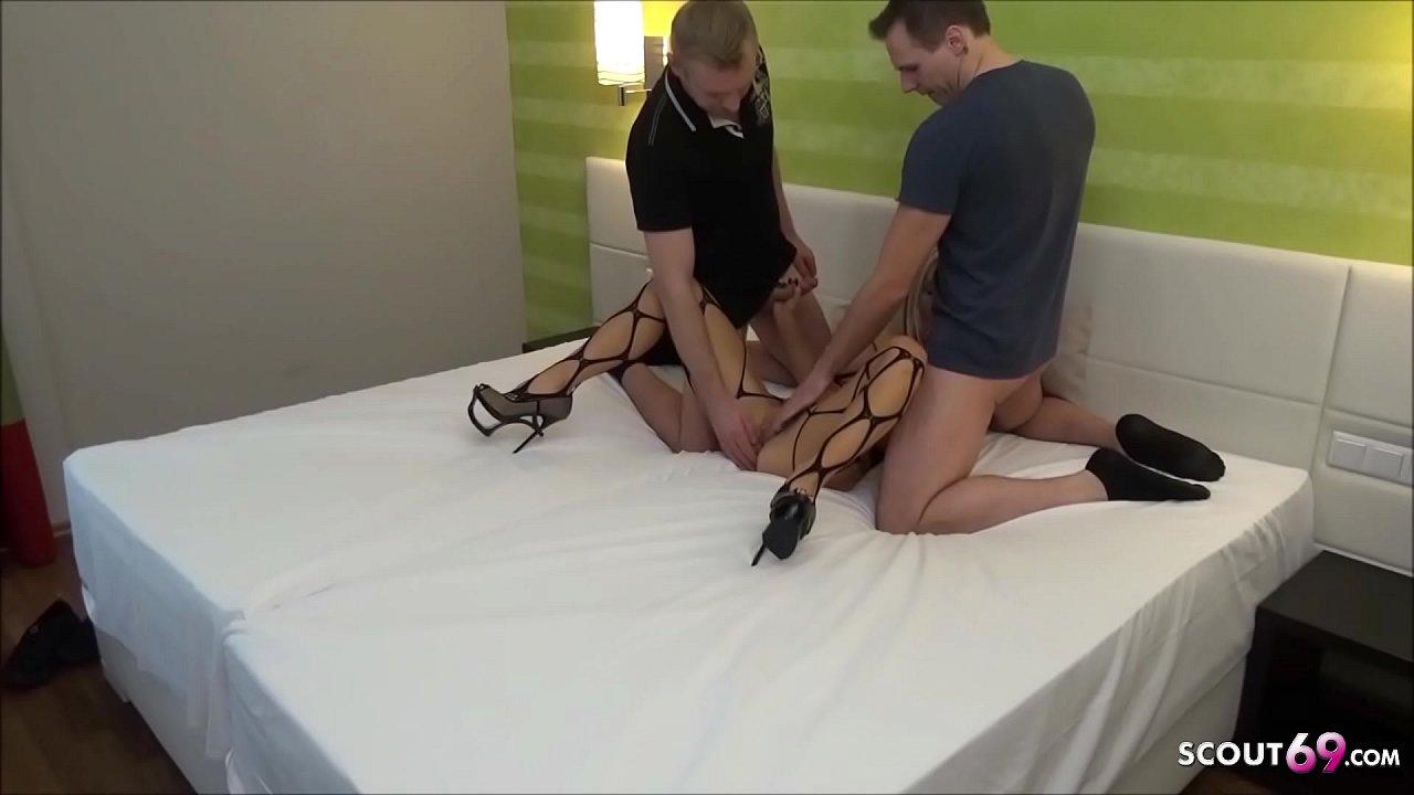 Amateur Dreier von Deutschen Teen mit 2 Fremden im Hotel - German Threesome