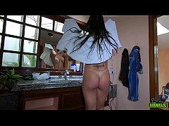 A gostosa Cristine Castelary tomando banho e se...