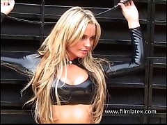 Blonde latex babe Amandas outdoor high heel boo...