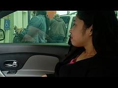 Novinha safada se masturbando em frente ao banco dentro do carro. Lalla Potira - Betosmoke