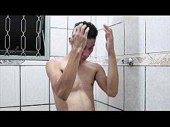 gostoso tomando banho