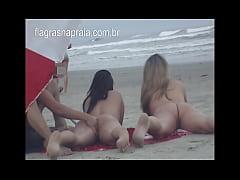 Fazendo massagem na buceta da namorada pelada n...