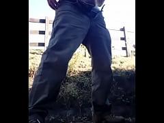 Peão dotado batendo punheta na fazenda