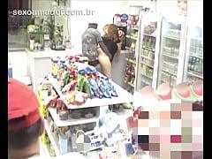 Câmera de segurança em loja de conveniência fla...