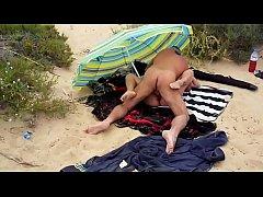 Lisa baise sur la plage avec un voyeur