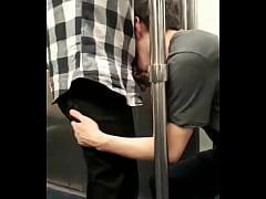 Jovencito mamando verga en el metro
