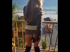 Masturmandose en el balcon