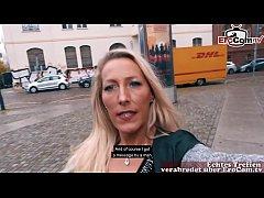 Deutsche Frau schleppt eine Frau ab zu einem Lesbensex EroCom Date