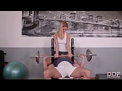 Fitness slut Nikky Dream goes pantyless to Gym ...