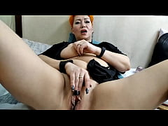 Depraved MILF spreads her lips and gets fucked ...