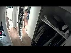 Amiga se desnuda en el closet