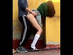 ADOLESCENTES ESTUDIANTES COGEN en PUBLICO, En e...