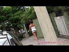 Flagras - Gata caminha pelas ruas com shorts so...