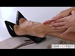 Linzee Ryder Gives A Footjob To Her Daughters F...