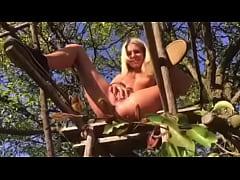 Claudia Macc -pee in public