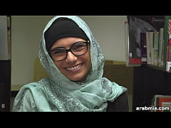 Mia Khalifa Takes Off Hijab and Clothes in Libr...