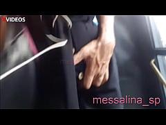 Messalina – MILF CASADA ENCOXADA NO ÔNIBUS – Esposa safada deixa um pervertido desconhecido tocar sua bunda e bucetinha no ônibus