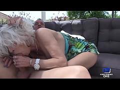 Eva, cougar salope, baisée dans le salon de jardin