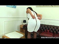 British milf Lelani loves stuffing her creamy p...