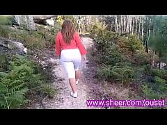 Madre folla con su hijo en el bosque