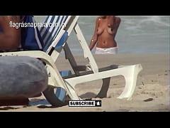 Morena mostrando as tetas na praia de Copacaban...