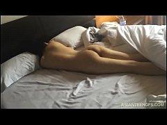 Prostituée asiatique baise en levrette à l'hôtel