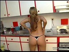 Sexo con su amante en la cocina mientras su mar...